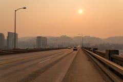 Neblina de la tarde en Portland Ross Island Bridge Imagen de archivo libre de regalías