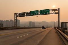 Neblina de la tarde en Ross Island Bridge en Portland Imagen de archivo libre de regalías