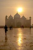 Neblina del ajuste del sol de la India el Taj Mahal imágenes de archivo libres de regalías