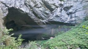 Neblina extraña en la entrada de la cueva Imagenes de archivo