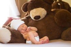 Neborn, der mit Teddybären Nickerchen macht Stockfotos