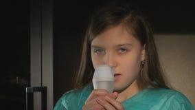 Nebulizer, śliczna dziewczyna używa inhalator zbiory