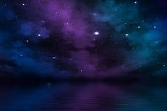 Nebulosa dramática no céu noturno sobre o mar com estrelas brilhantes Fotos de Stock Royalty Free
