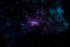 Nebulosa, estrellas y luces coloridas en el cielo iluminado Imagen de archivo