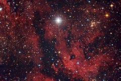 Nebulosa roja en el cielo nocturno fotografía de archivo libre de regalías