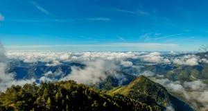 A nebulosidade cobre as vistas do Sobrepuny fotos de stock