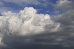 Nebuloso-azul-céu foto de stock royalty free