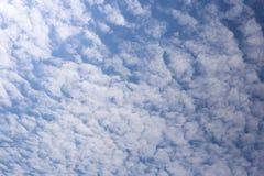 Nebuloso com céu azul Fotos de Stock Royalty Free