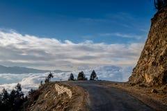 Nebuloso com montanha da estrada Fotos de Stock Royalty Free