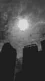 Nebuloso com o obscuro da luz do sol está sobre a construção Fotografia de Stock Royalty Free