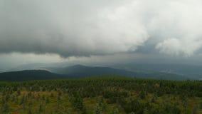 Nebuloso nas montanhas foto de stock