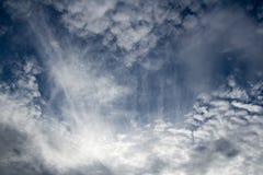 Nebuloso no céu azul Fotos de Stock