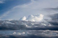Nebuloso no céu azul Imagens de Stock Royalty Free
