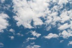 Nebuloso no céu azul Foto de Stock