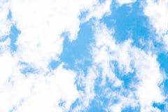 Nebuloso no céu com fundo do azul de índigo foto de stock royalty free
