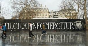 Nec Mergitur Fluctuat в Place De La Republique, Париже сток-видео