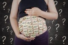 Necesidad de la mujer embarazada una ayuda Fotos de archivo