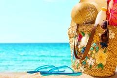 Necesidades de la playa en la playa soleada Imagen de archivo