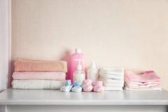 Necesidades del bebé en el pecho blanco fotografía de archivo