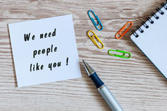 Necesitamos a gente como usted escrito en la paz del papel en el lugar de trabajo del encargado de recursos humanos Fotografía de archivo libre de regalías