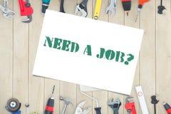 ¿Necesite un trabajo? contra las herramientas diy en fondo de madera