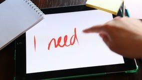 Necesito trabajo - la mano escribe el texto en concepto de la tableta, del negocio y del empleo almacen de video