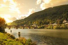 Neckar ποταμός στη Χαϋδελβέργη στο φως βραδιού στοκ εικόνες