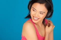 Neckende schöne asiatische Frau lizenzfreie stockfotos