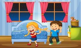 Neckende Schwester des Bruders im Schlafzimmer lizenzfreie abbildung