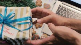 Neckender Mann der Frau mit Geschenkbox, Draufsicht stock video footage