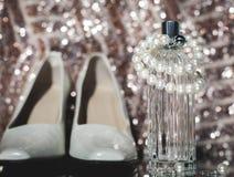 Neckl bianco delle scarpe e delle perle di modo del ` s delle donne Fotografia Stock