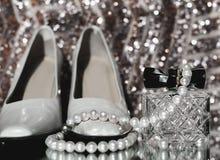 Neckl bianco delle scarpe e delle perle di modo del ` s delle donne Fotografia Stock Libera da Diritti
