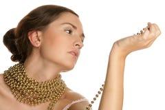 Necklac del oro de la mujer que desgasta Imágenes de archivo libres de regalías