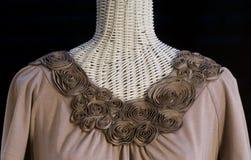 Neckline Sculpted de la flor en la nueva blusa del knit Foto de archivo