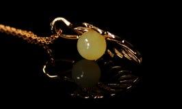 Neclace ambre naturel d'argent de cire d'abeille padent Photo libre de droits
