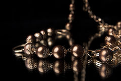 Neclace de oro en un espejo Imagen de archivo libre de regalías