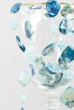 neclkace blu su un vetro fotografie stock