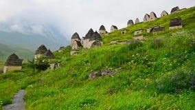Necrópolis antigua de Alanian en Ossetia del norte almacen de metraje de vídeo