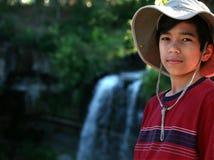 Nect diritto del giovane ragazzo alla caduta dell'acqua Fotografie Stock