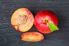 Nectarina frescas em uma tabela de madeira preta velha Imagens de Stock Royalty Free