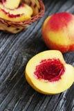 Nectarina inteiras e cortadas Imagens de Stock Royalty Free