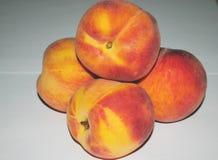Nectarinas de los melocotones en un fondo blanco, macro fotos de archivo