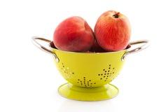 Nectarinas en colador imagen de archivo libre de regalías
