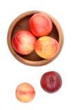 Nectarinas en cuenco de madera Fotografía de archivo libre de regalías