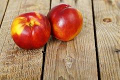 Nectarinas en la madera Fotos de archivo libres de regalías