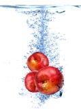 Nectarinas frescas caídas en el agua Foto de archivo