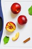 Nectarinas frescas en una tarjeta Foto de archivo libre de regalías