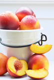Nectarinas, fruta fresca en pote Foto de archivo
