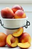 Nectarinas, fruta fresca en pote Imagen de archivo libre de regalías