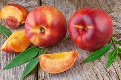 Nectarinas o melocotón frescas Foto de archivo